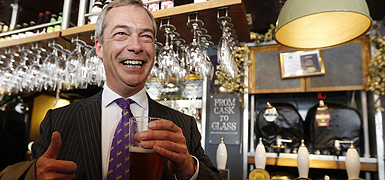 Nigel Farage, lder del UKIP, celebra sus buenos resultados, el 3 de mayo. AFP