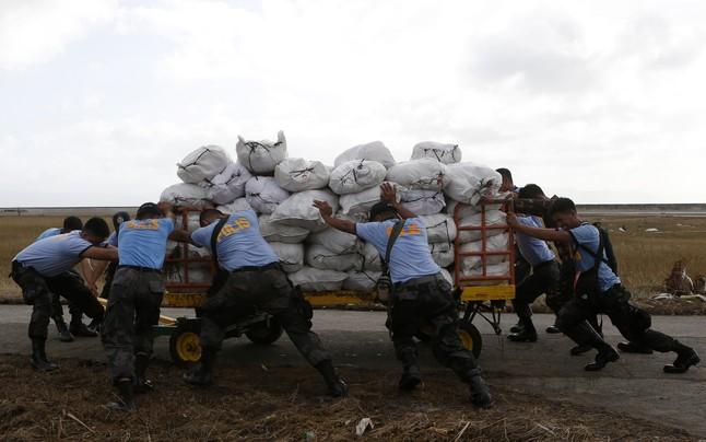 La policía acarrea ayuda en Tacloban. ERIK DE CASTRO | REUTERS