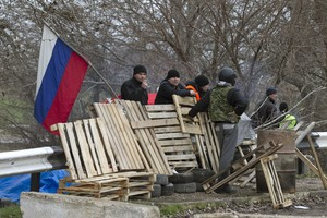 Voluntarios prorrusos en un puesto de control cerca del aeropuerto de Belbek, en Crimea.