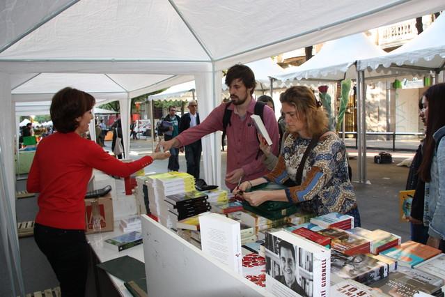 Una pareja compra los primeros libros, durante este Sant Jordi 2014.