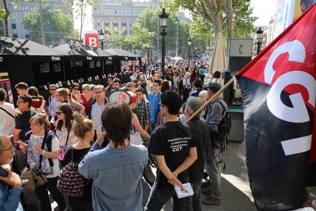 Algunos escritores se han sumado a la huelga de trabajadores del Fnac, durante la diada de Sant Jordi.