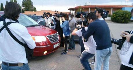 El coche de Ortega Cano llega a la prisión de Zuera ante la expectación de los medios de comunicación.