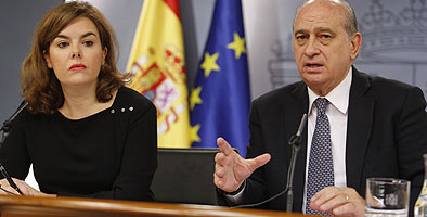 Soraya S�enz de Santamar�a y Jorge Fern�ndez D�az, en la rueda de prensa posterior al Consejo de Ministros.