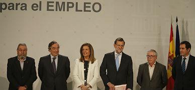 B��ez y Rajoy (en el centro), con los agentes sociales en la firma del pacto sobre la ayuda social en diciembre.