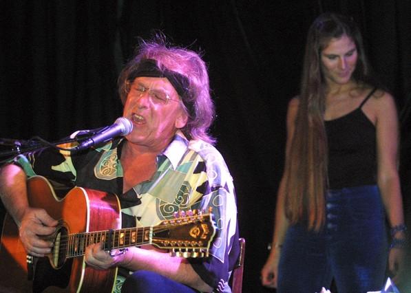 Paul Kantner, durante un concierto benéfico en Nueva York, en junio del 2001.
