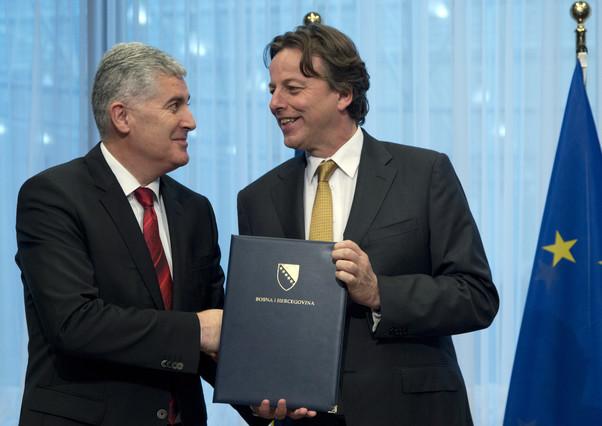 Covic (izquierda) entrega la propuesta a Koenders, en Bruselas, este lunes.
