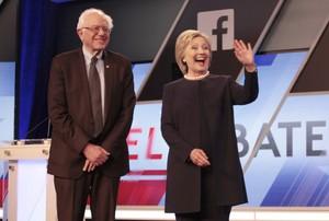 Bernie Sanders y Hillary Clinton posan juntos antes del inicio del debate, este miércoles en Kendall (Florida).