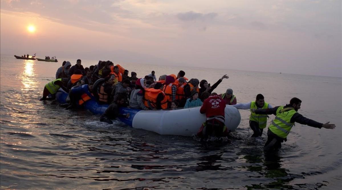 Una embarcación de migrantes llegando a la isla de Lesbos este domingo día 20 de marzo.