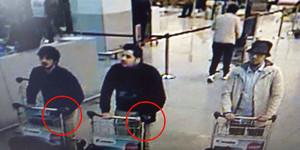 A la izquierda el terrorista sin identificar. En el centro Ibrahim El Bakraou. A la derecha, Najim Laachraoui.