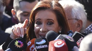 Fernández de Kirchner habla con la prensa, cerca de los juzgados federales de Buenos Aires, este miércoles.