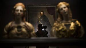 zentauroepp37882448 a camera man works next to the portrait of gaspar de guzman170331171839