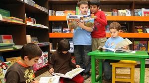 Niños leyendo en la librería Etcètera.