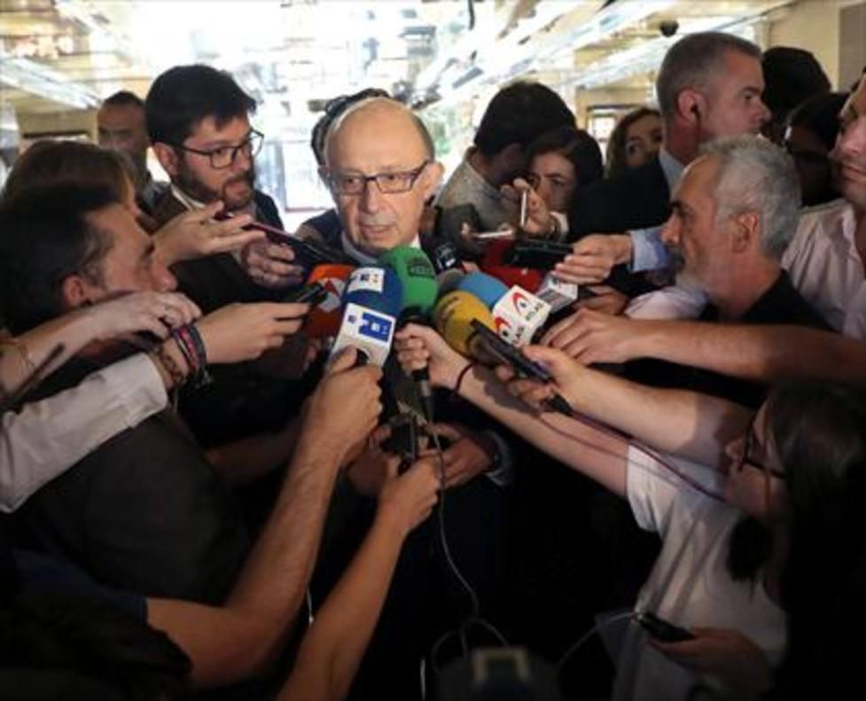 El ministro de Hacienda y Función Pública, Cristóbal Montoro, realizando declaraciones, ayer.