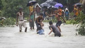 zentauroepp39655791 saptari nepal 12 08 2017 young people play in flood wat170813185348
