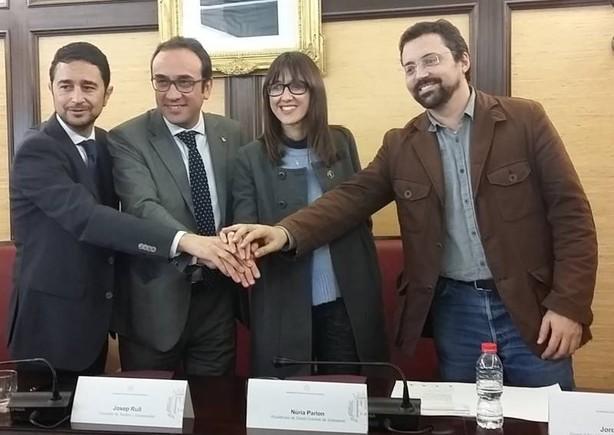 La alcaldesa de Santa Coloma, Núria Parlon, junto al conseller de Territori, Josep Rull y el director del Institut Català del Sòl, Damià Calvet.