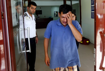 Abdullah Kurdi, el padre del ni�o ahogado en una playa turca, sale del tanatorio.