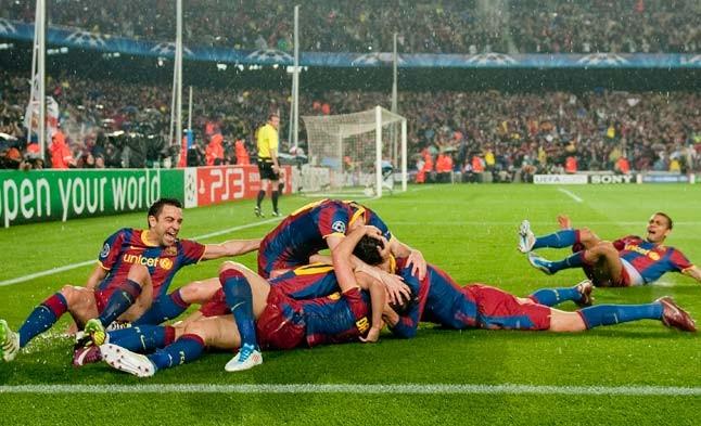 Alegría desatada. Los jugadores azulgranas se lanzan sobre Pedro tras marcar el gol del Barça.