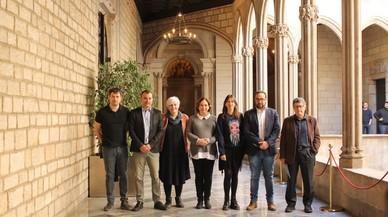 De izquierda a derecha: Carles Escolà (Cerdanyola del Vallès), Jordi Ballart (Terrassa), Dolors Sabater (Badalona), Ada Colau (Barcelona), Núria Parlon (Santa Coloma de Gramenet), Juli Fernández (Sabadell) y Lluís Tejedor (El Prat de Llobregat).