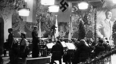 Celebración del cumpleaños de Hitler de 1943, en el escenario modernista delPalau de la Música, adornado con toda la parafernalia nazi, que aparece en el libro 'Nazis a Barcelona'.