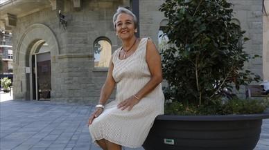 Rosa Mart�delante del Ayuntamiento de Parets del Vall�s donde fue alcaldesa.