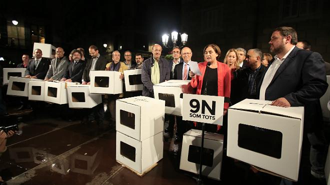 La alcaldesa de Barcelona, Ada Colau, leyendo el manifiesto en apoyo a los imputados por el 9-N.