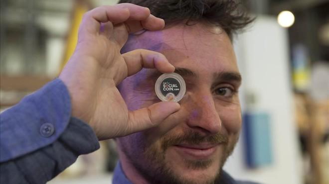 Iván Caballero muestra una de sus monedas en el 4YFN.