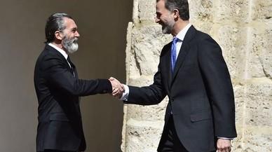 Antonio Banderas y el rey Felipe se estrechan las manos durante la entrega del premio del Instituto Franklin.