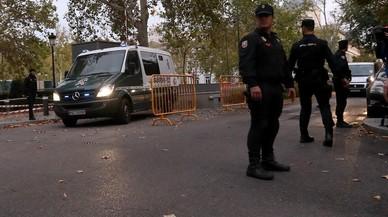 """L'advocat de Puigdemont denuncia el """"tracte vexatori"""" de la policia als exconsellers"""