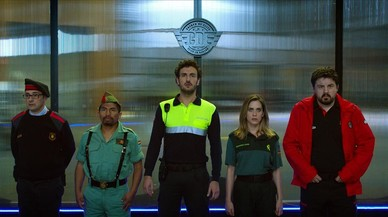 De izquierda a derecha, Jordi S�nchez, Juan Carlos Aduviri, Miki Esparb�, Mar�a Le�n y Andoni Agirregomezkorta, en un fotograma de 'Cuerpo de �lite'.