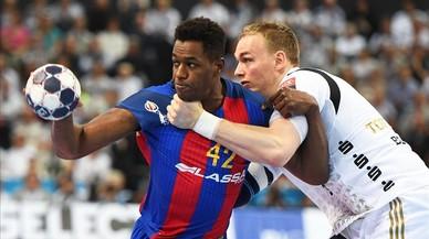 El jugador del Kiel René Toft Hansen frena al lateral del Barça Wael Jallouz.
