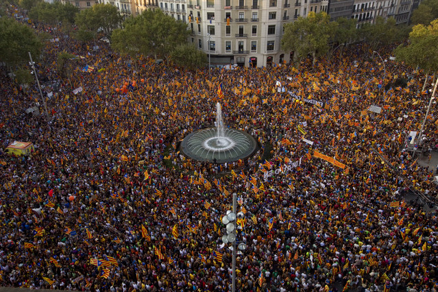Marea de gente reunida en Paseo de Gracia con motivo de la manifestación convocada el 11-S por la independencia de Catalunya.