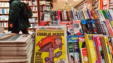 Merkel, en la portada del primer 'Charlie Hebdo' en alemán, a la venta en Berlín.