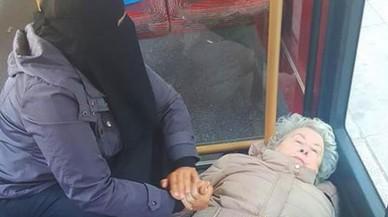 La foto d'una dona musulmana atenent una àvia desmaiada a Londres es viralitza
