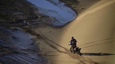 El piloto español Joan Barreda entre las dunas deUyuni (Bolivia) y Salta (Argentina)durante octava la etapadelDakar.