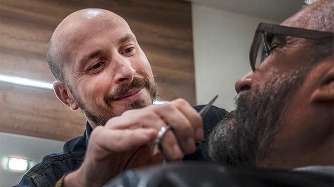 Vicenç Moretó, entrevistado mientras arregla la