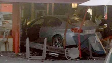Un cotxe s'estavella contra una pizzeria a la perifèria de París i mata una nena de 12 anys