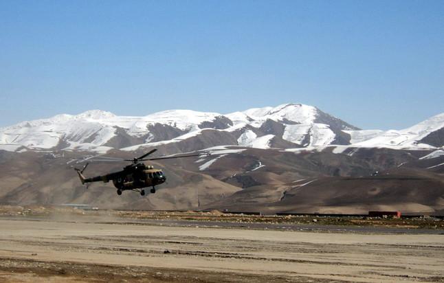 Los helicópteros del ejército afgano han transportado mercancías y víveres para las víctimas de la avalancha. MUHAMMAD SHARIF