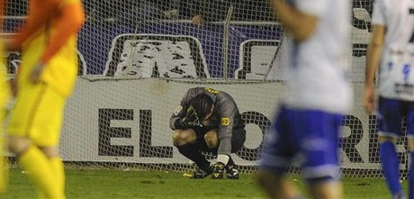 Pinto se resiente del impacto de un objeto, durante el partido de Copa, Alavs-Bara.