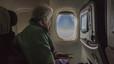 Pepita Castellví mira por la ventanilla del avión, camino a la Antártida.