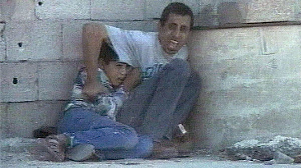 Mohamed Al-Dura, protegido por su padre, en Gaza, en septiembre del 2000