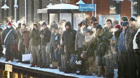 Pasajeros esperando el tren a las afueras de Chicago.