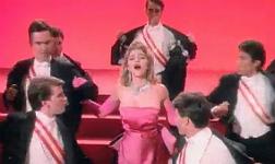 Madonna, con uno de los vestidos que subasta, en el videoclip 'Material Girl'.