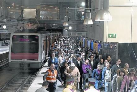 Llegada a la estaci�n de Europa Fira de los Ferrocarrils de asistentes al congreso de m�viles, ayer.