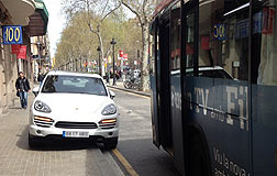Vista delantera del Porsche Cayene, estacionado en el carril destinado al transporte p�blico de la Gran Via, entre Villarroel y Urgell.
