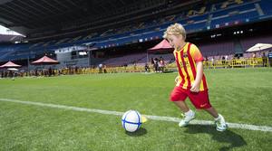 Un nen disfruta de laccés al Camp Nou durant la jornada deleccions a la presidència del Barça