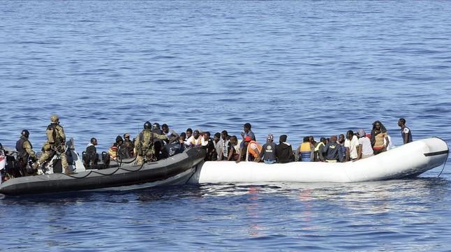 Imagen de archivo del rescate de un grupo de inmigrantes en el Mediterráneo a cargo de marinos británicos, el 28 de octubre del 2015.