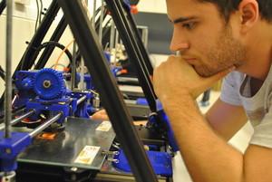 Estudiantes de la UPC trabajando en el nuevo FabLab Terrassa, equipado con tecnología de producción 3D.