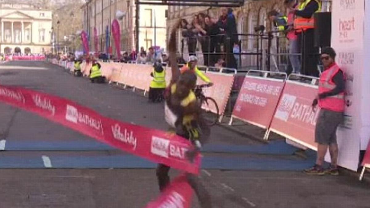 El atleta Robert Mbithi sufrió un percance al llegar a la meta