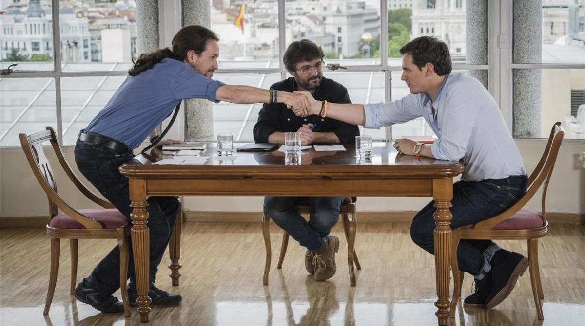 Pablo Iglesias y Albert Rivera se saludan antes de comenzar el cara a cara, moderado por Jordi Évole, en Salvados, de La Sexta.