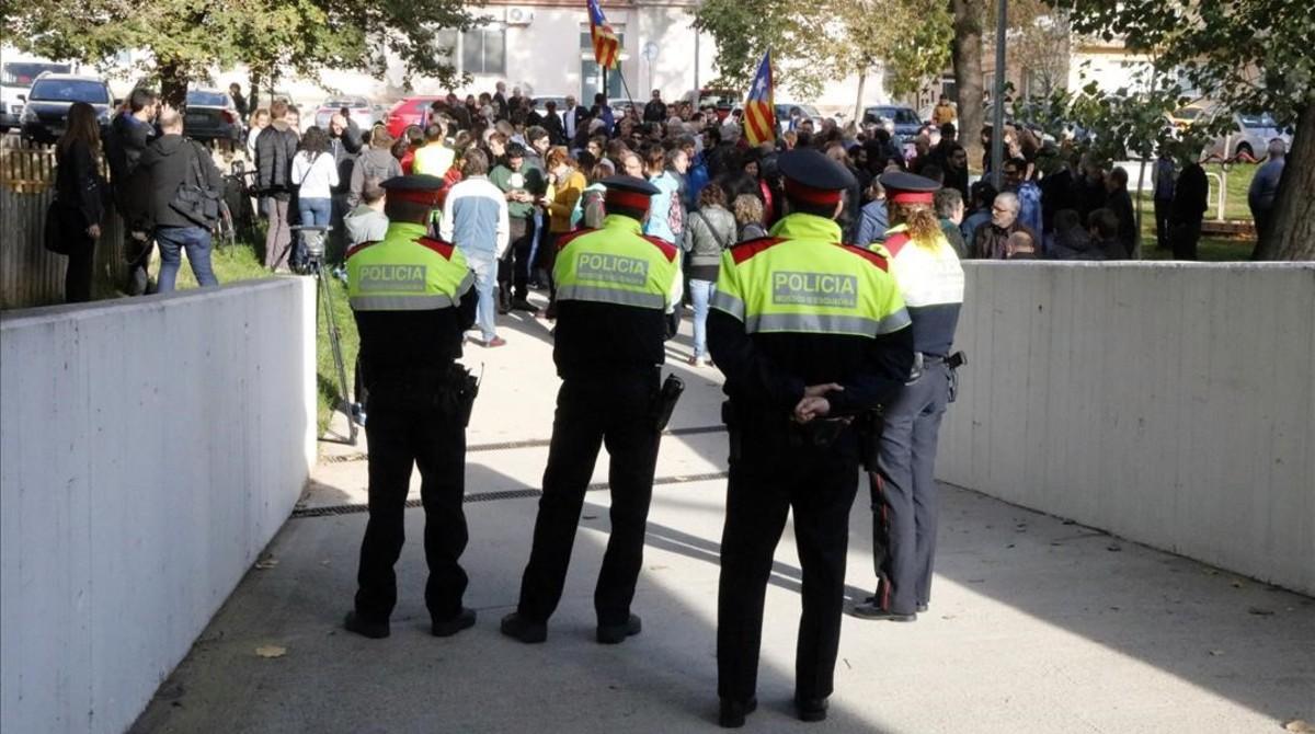 Los Mossos custodian la entrada de los juzgados de Berga, mientras decenas de personas protestan por la detención de la alcaldesa, Montserrat Venturós.